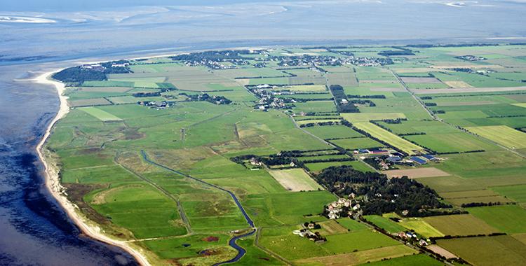 Die grüne Insel Föhr von oben. Föhr befindet sich im Nationalpark Wattenmeer, dem größten Nationalpark Mitteleuropas